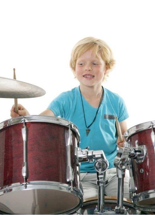 Junge Schlagzeug schmal