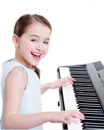 Mädchen Klavier schmal